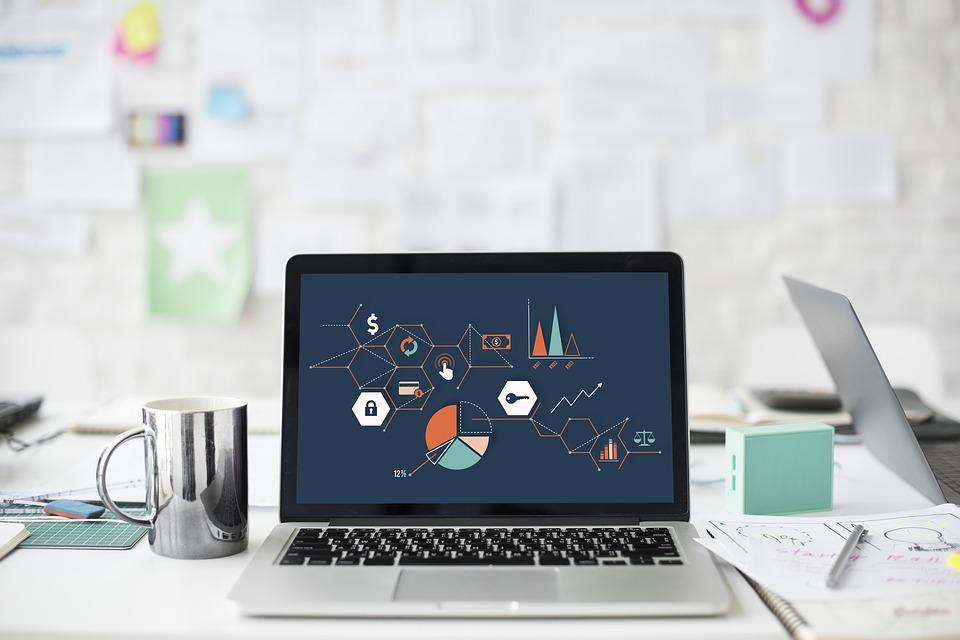 ordinateur portable avec graphiques et schémas à l'écran