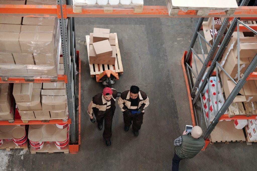 deux personnes qui travaillent dans un entrepôt de logistique