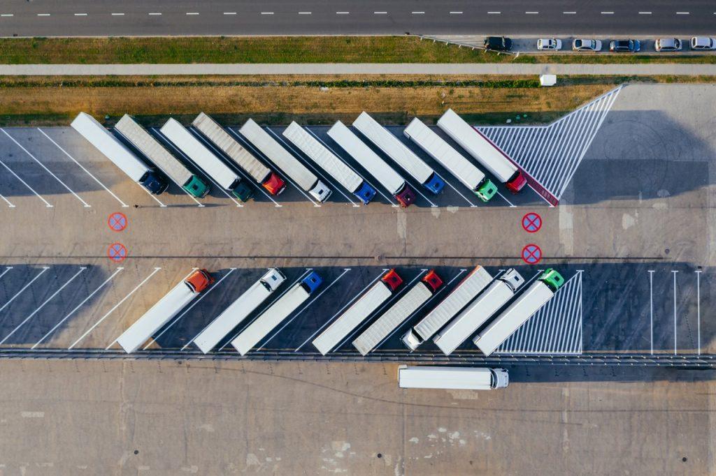 parking rempli de camions poids lourds