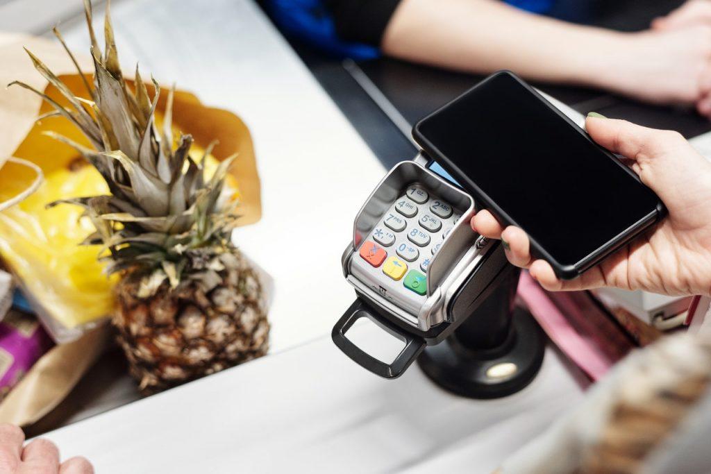 personne qui paie sans contact avec son smartphone